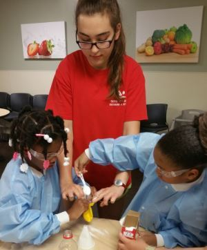 Parish Episcopal School student shares love of STEM with children at Family Gateway